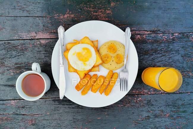 Vista aérea del desayuno frito con té y zumo de naranja - foto de stock