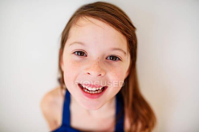 Портрет улыбающейся девушки с веснушками — стоковое фото