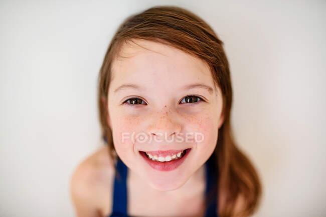 Retrato de una chica sonriente con pecas - foto de stock