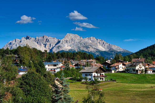 Nova Ponente village and Latemar mountain range, Tirol del Sur, Italia - foto de stock