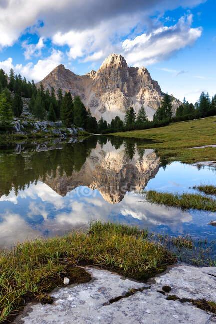 Гора віддзеркалює в озері поблизу Ріфуджіо Фанес, Природний парк Фанес-Сеннес-Брейз, Південний Тіроль, Італія. — стокове фото