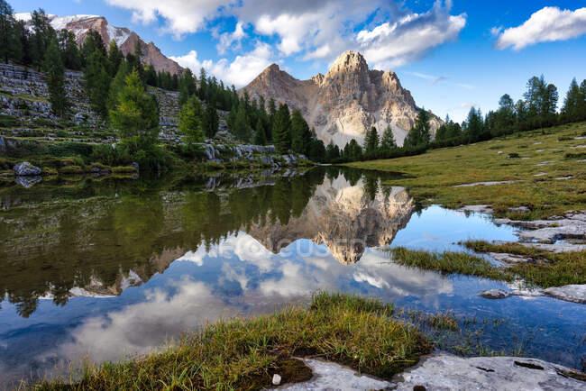 Горные отражения в озере рядом с Rifugio Fanes, Fanes-Sennes-Braies Nature Park, Южный Тироль, Италия — стоковое фото