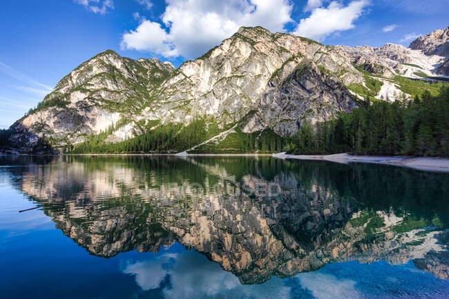 Revistas em Lake Braies, South Tyrol, Italia — Fotografia de Stock