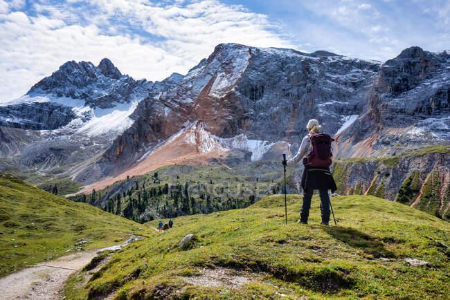 Turista mujer en Dolomites, Tirol del Sur, Italia - foto de stock