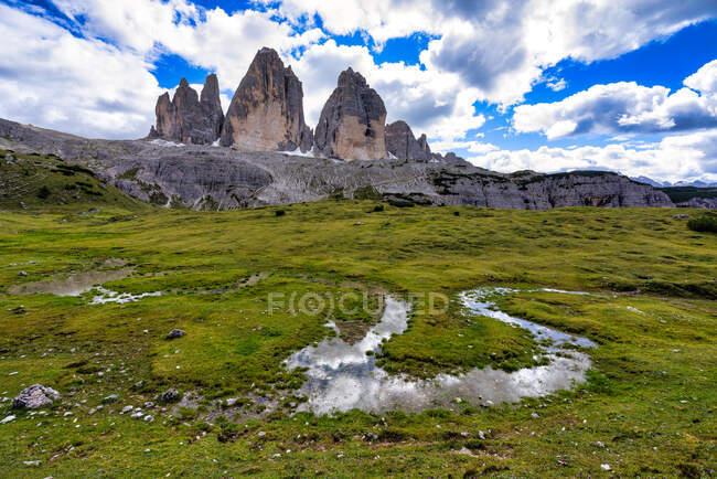 Tre Cime di Lavaredo reflet dans un ruisseau, Dolomites, Toblach, Bolzano, Italie — Photo de stock