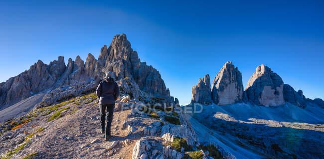 Woman Hiking along a trail, Tre Cime di Lavaredo, Dolomites, South Tyrol, Italy — Stock Photo