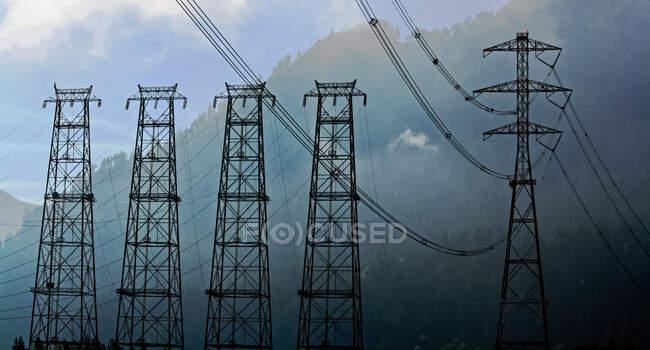 Электрические линии электропередач через долину реки Колумбия возле Даллеса, Орегон, США — стоковое фото