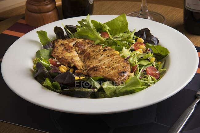Тарелка куриного салата на гриле — стоковое фото