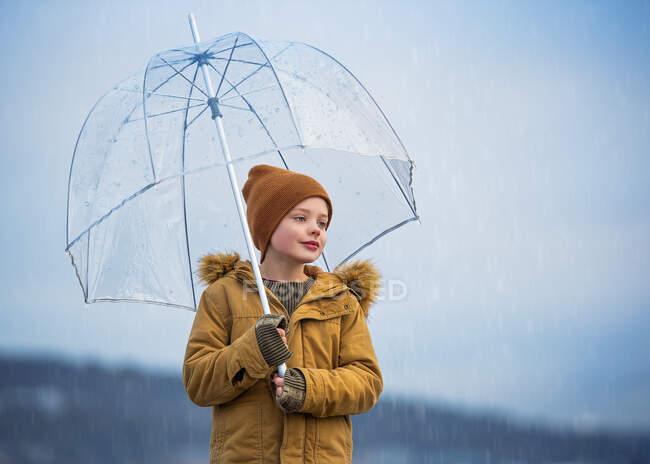 Sorrindo Menino de pé sob um guarda-chuva na chuva, Bedford, Halifax, Nova Escócia, Canadá — Fotografia de Stock