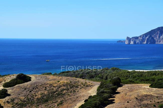Barca a vela lungo la costa, Cagliari, Sardegna, Italia — Foto stock