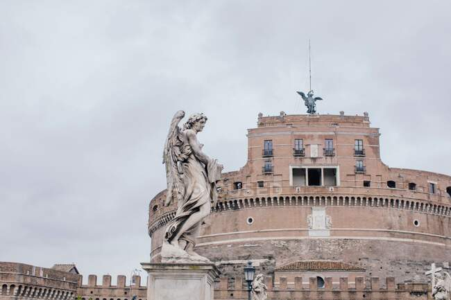 Statue devant Castel Sant'Angelo, Rome, Latium, Italie — Photo de stock