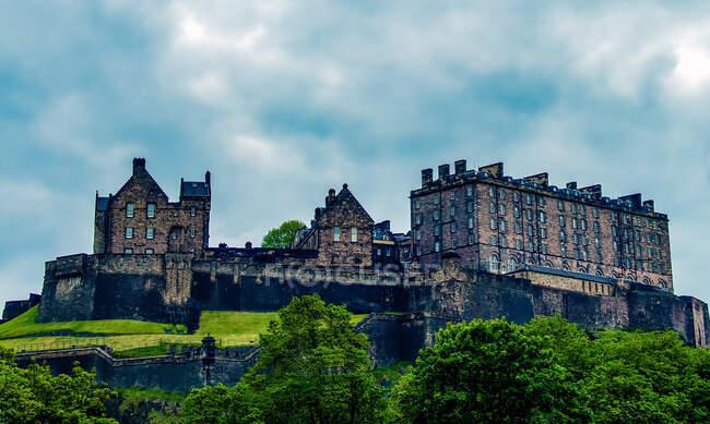 Edificios históricos a lo largo de Royal Mile, Edimburgo, Escocia, Reino Unido - foto de stock