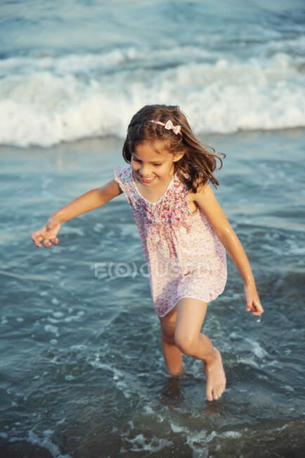Девушка, бегущая в океане, Болгария — стоковое фото