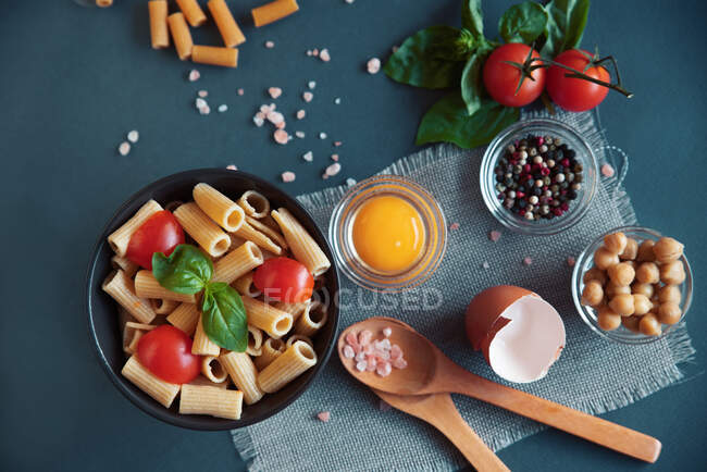 Rigatoni with cherry tomatoes and basil — Stock Photo