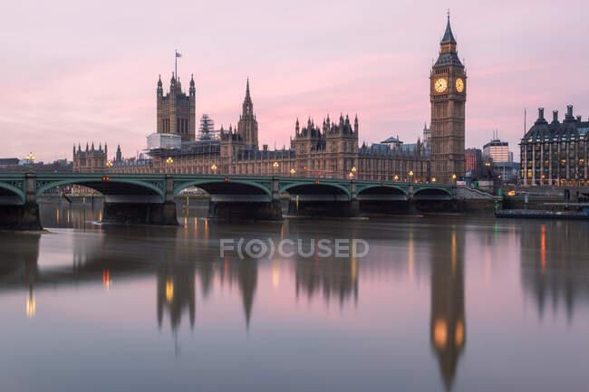 Casas del Parlamento y reflexiones del Big Ben en el río Támesis, Londres, Inglaterra, Reino Unido - foto de stock