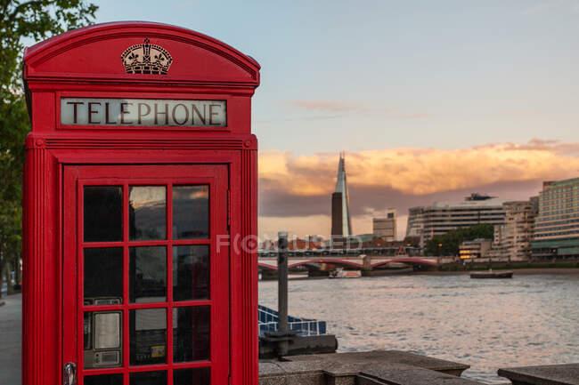 Знакова коробка з червоним телефоном на відстані, Лондон, Англія, ук — стокове фото