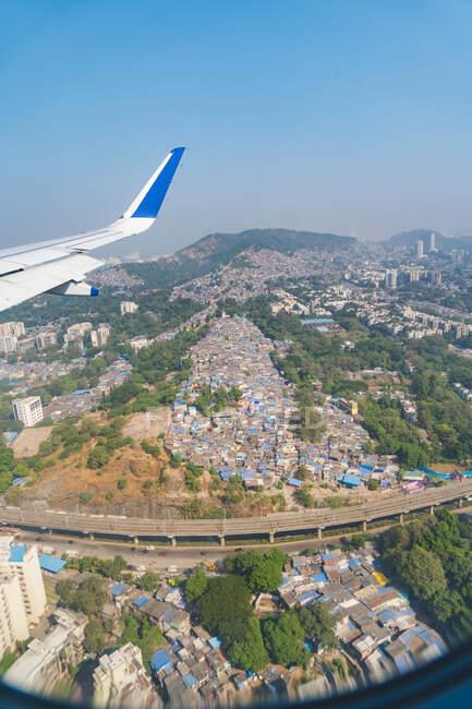 Vista aérea de la ciudad desde un avión, Mumbai, India - foto de stock