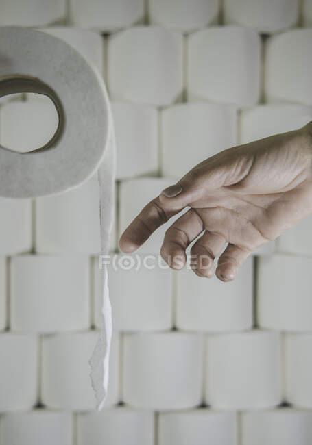Mão humana atingindo para rolo de vaso sanitário — Fotografia de Stock