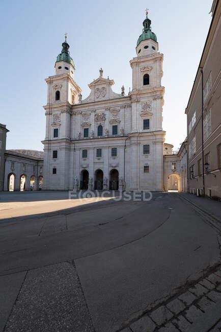 Praça da Catedral de Salzburgo durante o bloqueio do coronavírus, Salzburgo, Áustria — Fotografia de Stock