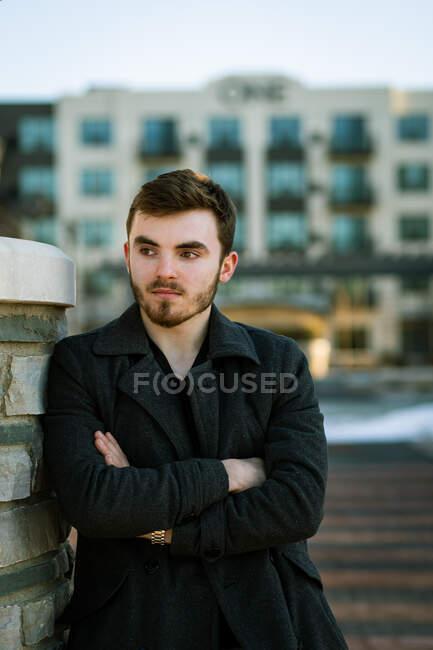 Retrato de jovem elegante homem de pé ao ar livre — Fotografia de Stock