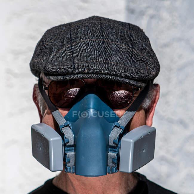 Retrato de homem usando máscara de filtro, chapéu e óculos de sol — Fotografia de Stock