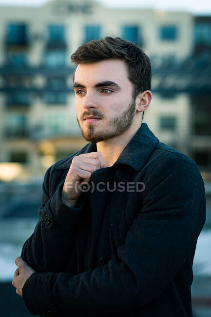 Портрет молодого стильного чоловіка, що стоїть надворі. — стокове фото