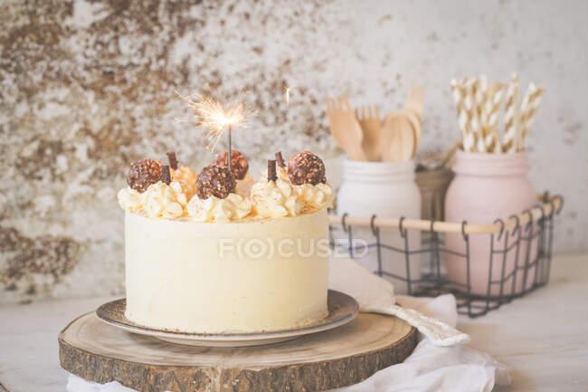 Bolo de camada de creme de manteiga com chocolate branco e chocolate ao leite — Fotografia de Stock