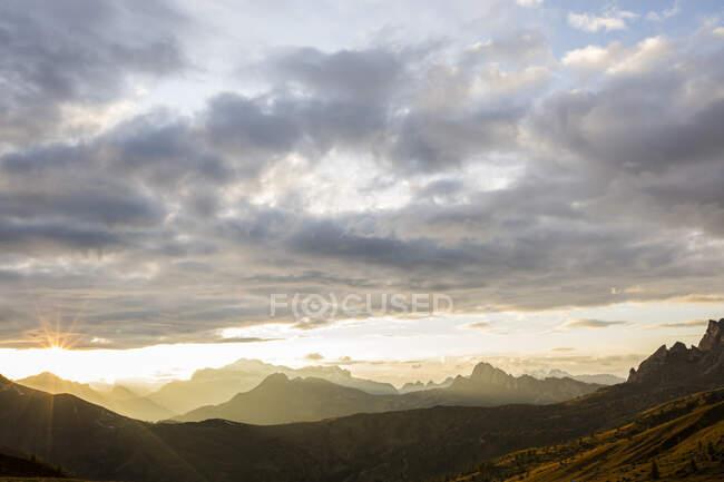Paesaggio montano al tramonto, Dolomiti, Italia — Foto stock