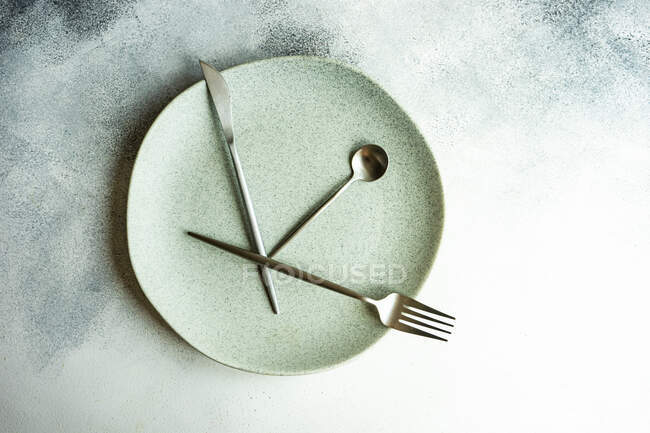 Intermittent fasting concept with plate and cutlery made with clock and time for eating — Stock Photo