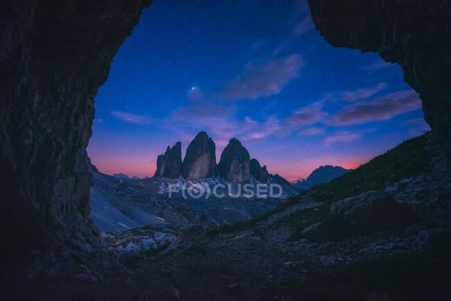 Tre Cime di Lavaredo por la noche, Alto Adige, Tirol del Sur, Italia - foto de stock