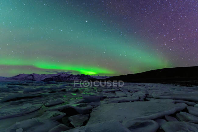 Northern lights over Jokulsarlon lagoon, Vatnajokull Glacier National Park, Iceland — Stock Photo