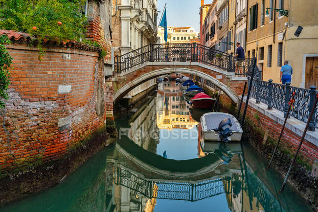 Turistas caminando por la ciudad, Venecia, Véneto, Italia - foto de stock