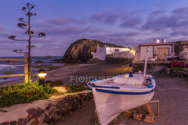 Barca da pesca tradizionale sulla spiaggia al tramonto, villaggio di La Isleta del Moro, Cabo de Gata, Almeria, Andalusia, Spagna — Foto stock