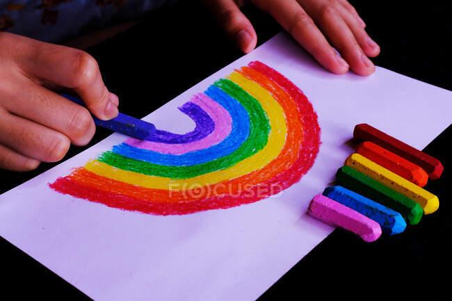 Criança desenho arco-íris com lápis de cor — Fotografia de Stock