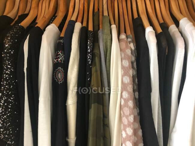 Close-up de roupas penduradas em um guarda-roupa — Fotografia de Stock