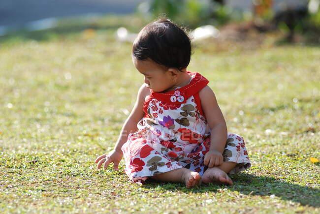 Портрет дівчини в саду (Індонезія). — стокове фото