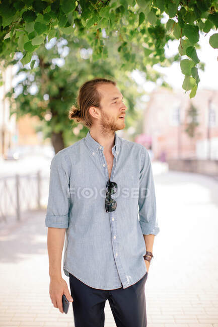Man standing in the street holding a mobile phone, Russia — Stock Photo