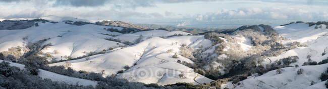 East Bay Hills Cubierto de nieve con un parque eólico en la distancia, Morgan Territory Regional Preserve, Condado de Alameda, California, EE.UU. - foto de stock