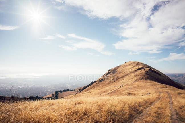 Misson Peak au-dessus de la ville de Fremont, Californie, États-Unis — Photo de stock
