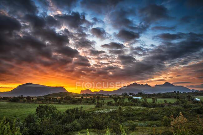 Paisaje rural al amanecer, Lofoten, Nordland, Noruega - foto de stock
