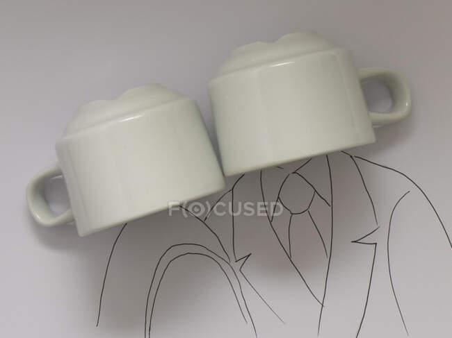 Taza blanca con taza en la mesa, de cerca - foto de stock