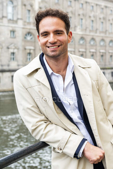 Lächelnder Geschäftsmann am Fluss, Berlin, Deutschland — Stockfoto