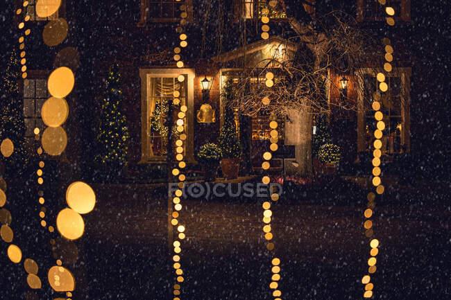 Luces de Navidad fuera de una casa, Irlanda - foto de stock