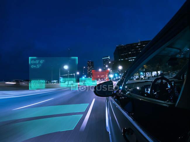 Автономный автомобиль за рулем в городе, США — стоковое фото