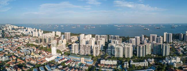 Авіаційний Cityscape і контейнерні судна в морі, Сінгапур — стокове фото