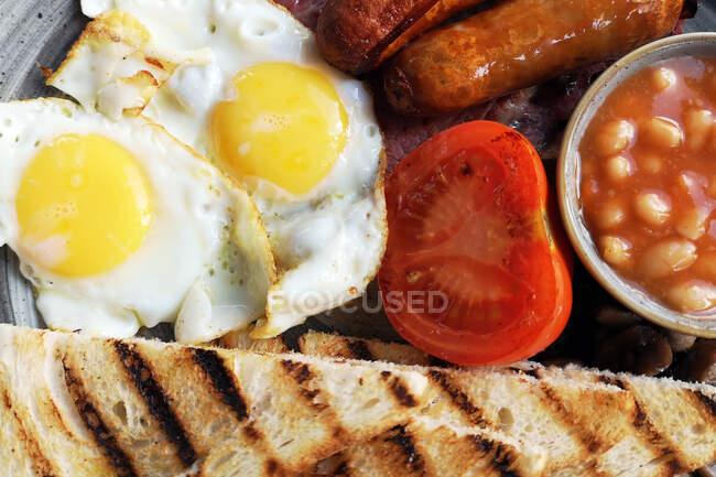 Primer plano de un desayuno inglés completo - foto de stock