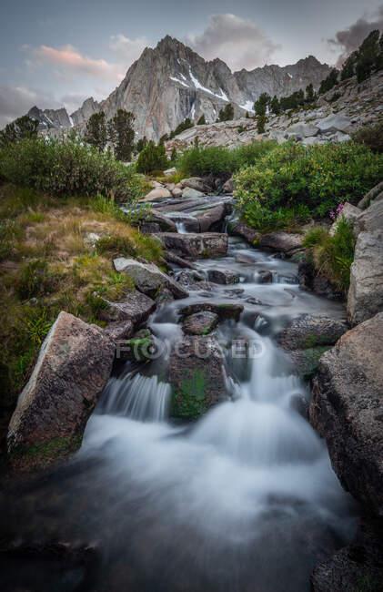 Foto Picco e cascata da Hungry Packer Lake, Inyo National Forest, California, USA — Foto stock