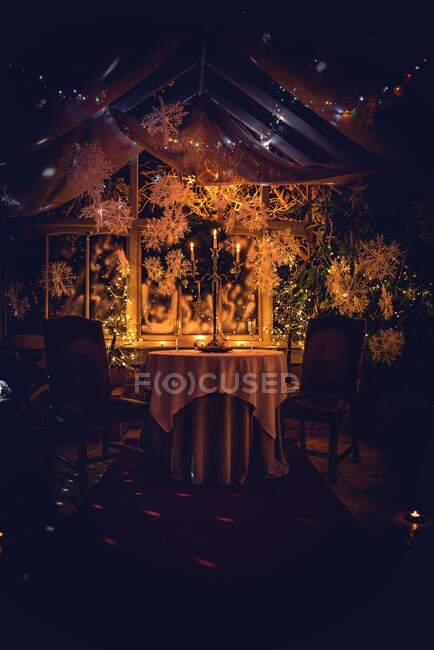 El candelabro sobre la mesa en el invernadero en Navidad - foto de stock
