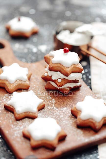 Biscotti di pan di zenzero a stella con glassa — Foto stock