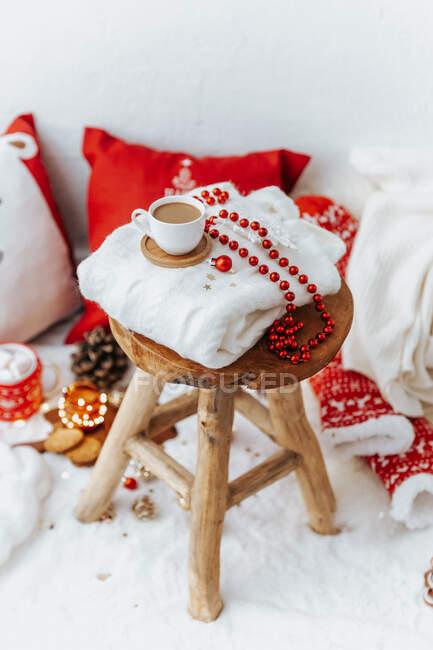 Fundo de Natal acolhedor de bela xadrez de malha branca com cobertor, cachecol e decorações. — Fotografia de Stock